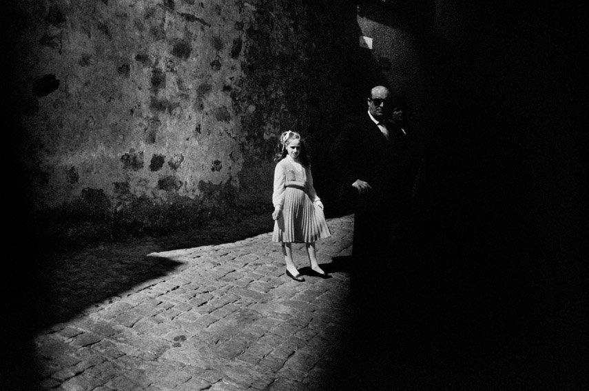Letizia Battaglia, La bambina e il buio, Baucina, 1980, L'altro Sguardo