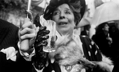 Ricevimento in giardino con aristocratica signora e volpe morta, Palermo 1987